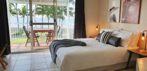 A bed or beds in a room at Ocean View Resort Apartment