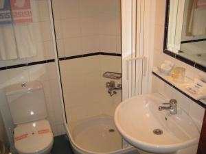 A bathroom at Hostal Magallanes