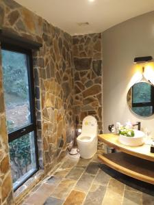 A bathroom at Krystal Tam Đảo