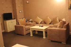 Uma área de estar em Alp Inn Hotel