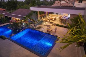 Vue sur la piscine de l'établissement Baan Sawan Samui Resort ou sur une piscine à proximité