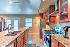 A kitchen or kitchenette at Lovely Farmers Branch House - 1Mi to Golf, Cinema!