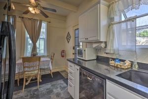 A kitchen or kitchenette at Prescott Home with 2 Patios-6 Min Walk to the Square