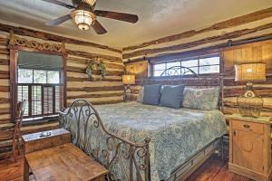 A bed or beds in a room at 'Gruene Cabin' - Pet Friendly New Braunfels Studio