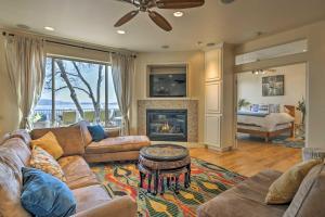 A seating area at Spacious Casa dAmore Granite Bay Lake House!