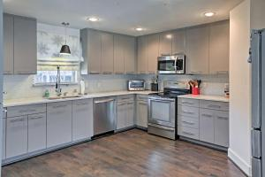 A kitchen or kitchenette at Modern Family-Friendly Dallas House Near Downtown!