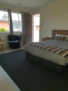 A bed or beds in a room at Dalby Parkview Motel