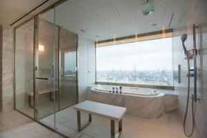 A bathroom at The Prince Gallery Tokyo Kioicho, a Luxury Collection Hotel