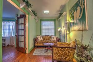 A seating area at Russellville House with Garden-9 Min Walk to Main St!