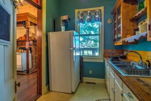 A kitchen or kitchenette at Russellville House with Garden-9 Min Walk to Main St!