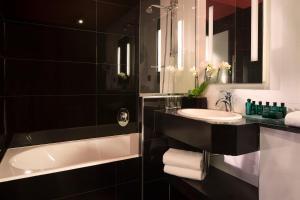 A bathroom at Le Belmont Paris