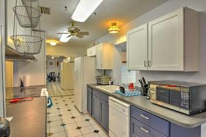 A kitchen or kitchenette at Waterfront Crystal River House with Screened-in Pool!
