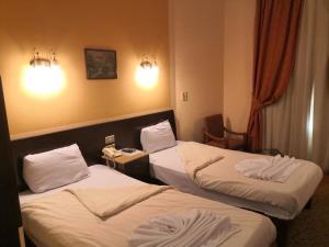 سرير أو أسرّة في غرفة في فندق سوزانا الأقصر
