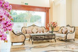 Khu vực ghế ngồi tại Manh Quan Luxury Hotel