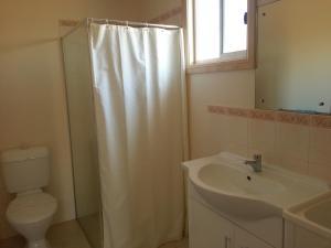 A bathroom at Sonbern Lodge Motel