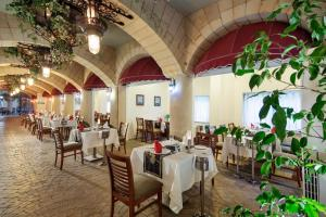 A restaurant or other place to eat at Crystal Sunrise Queen Luxury Resort & Spa