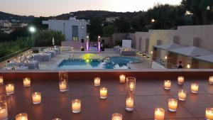 Erytha Hotel & Resort Chios veya yakınında bir havuz manzarası