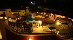 Vue sur la piscine de l'établissement Mediterranean Blue ou sur une piscine à proximité