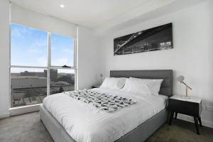A bed or beds in a room at STAY&CO Mascot Station