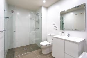 A bathroom at STAY&CO Mascot Station