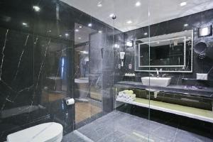 A bathroom at Sandri Palace Hotel