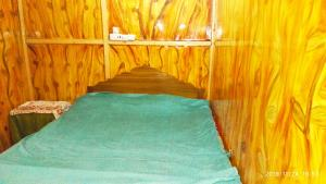Houseboat Shamus Maqboolにあるベッド
