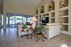Ein Sitzbereich in der Unterkunft Chic Cape Coral House with Private Pool, Lanai and Dock