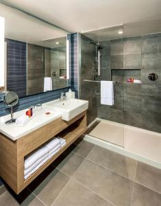 A bathroom at Novotel Miami Brickell