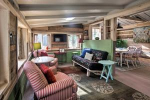 A seating area at Creekside 'Stoney Cabin' - 15 Min to Harrisburg