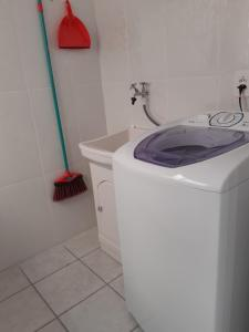 A bathroom at APARTAMENTO COMPLETO EM CAXIAS DO SUL - RS