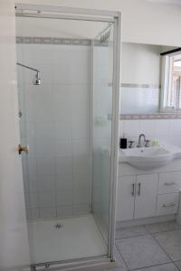 A bathroom at Australian Home Away @ Doncaster Grange Park