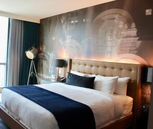 A bed or beds in a room at Hotel Indigo - Los Angeles Downtown