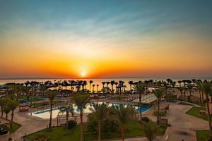 المسبح في Continental Hotel Hurghada أو بالجوار