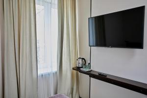A television and/or entertainment centre at Altrimo Hotel