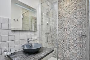 A bathroom at Altrimo Hotel