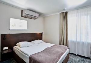 A bed or beds in a room at Altrimo Hotel