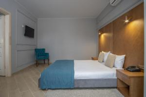 A bed or beds in a room at Boomerang Boutique Hotel