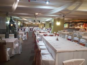 A restaurant or other place to eat at Snezhanka Apartments TMF