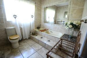A bathroom at Komma Nader Lodge Retreat & Estate