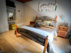 A bed or beds in a room at Komma Nader Lodge Retreat & Estate