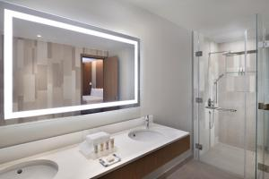 A bathroom at Holiday Inn - Dubai Festival City