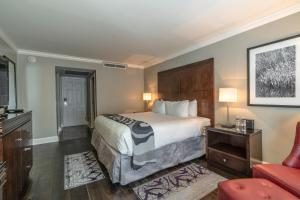 A bed or beds in a room at Hotel Le Marais
