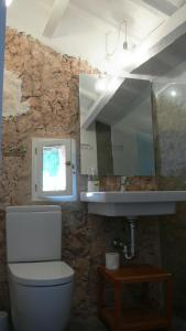 A bathroom at Finca Llimpet