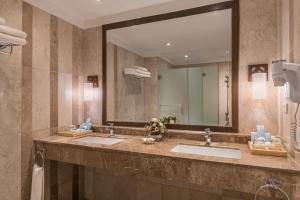 Ein Badezimmer in der Unterkunft Henann Resort Alona Beach