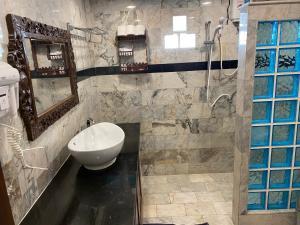 A bathroom at Laguna Beach Club Resort