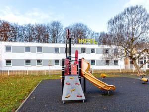 Ein Kinderspielbereich in der Unterkunft Hotel Göttingen-West
