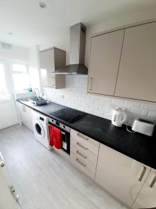 A kitchen or kitchenette at 3 Bedroom Rayleigh Apartment