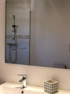 A bathroom at Les 2 amandiers
