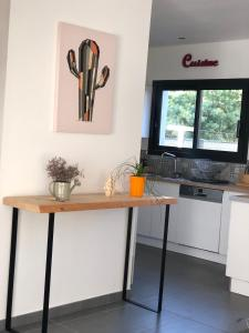 A kitchen or kitchenette at Les 2 amandiers