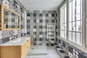 A bathroom at Suite KIMBERLEY, Great Flat, Montorgueil Paris